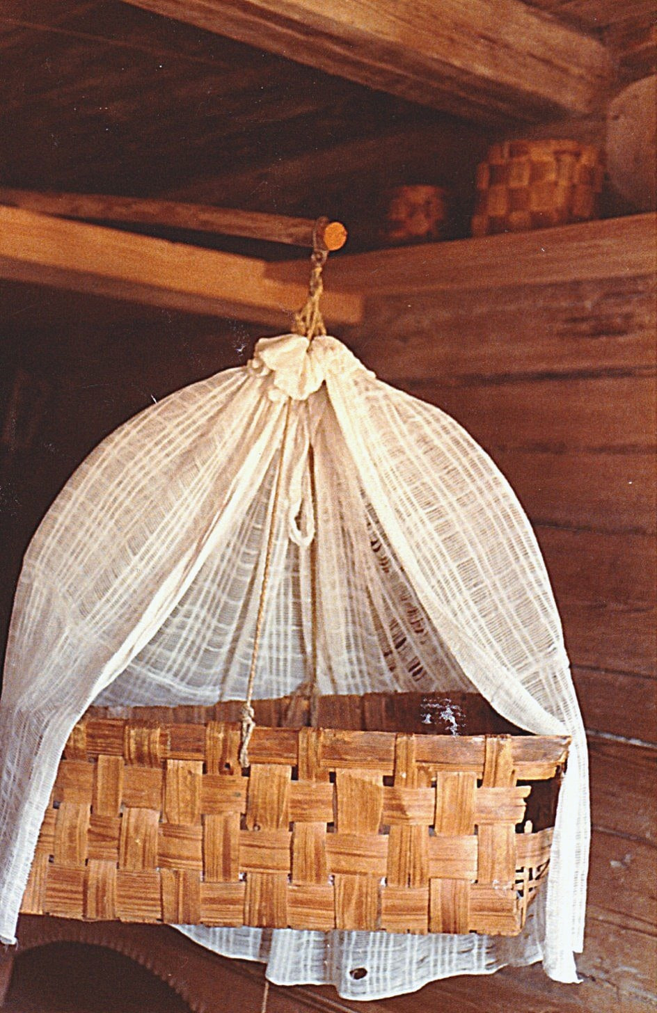 Kinderwunsch, Kinderkorb-Wiege mit Vorhang aufgehängt